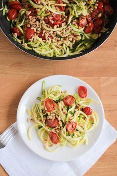 Spaghetti de courgettes aux tomates cerise rôties, citron et pignons