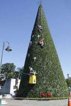 Decoração de Natal sendo montada em Joinville.