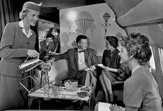 Azafata sirviendo cocteles. Pan Am, circa 1958. (Photo: Pictorial Parade/Archive Photos/Getty