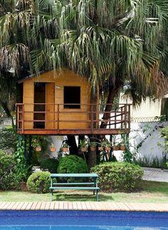 Camuflada debaixo das palmeiras, a casa é totalmente integrada ao jardim.  O…