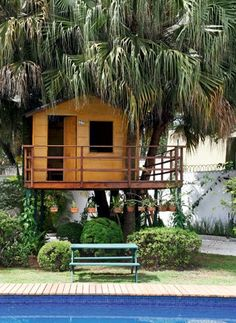 Camuflada debaixo das palmeiras, a casa é totalmente integrada ao jardim.  O aspecto rústico é sua principal característica (Foto: Evelyn Mü...