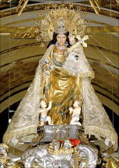 Imagen de la Virgen de los Desamparados en su camarin