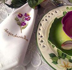 Detalhe da msa encantadora de Maria Stela Andrade: Toalha e guardanapos bordados à mão pela maravilhosa Monograma!
