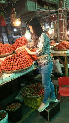 Baguio Philippines. Market. Fresh strawberries Baguio Philippines, Strawberries, Fresh, Nature, Travel, Fashion, Moda, Strawberry Fruit, Viajes