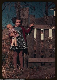 little girl clutching her doll, taken between 1941 and 1942 Library of Congress color photos show American children in the Vintage Girls, Vintage Children, Vintage Pictures, Vintage Images, Old Photos, Girl Photos, Family Photos, Don Delillo, American Children