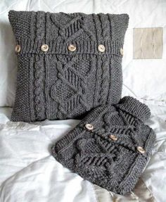 old sweater upcycling. Knitting Projects, Knitting Patterns, Sewing Projects, Craft Projects, Fabric Crafts, Sewing Crafts, Old Sweater, Sweater Pillow, Recycled Sweaters