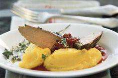 Filet de chevreuil avec purée de pommes de terre et potiron 4pers  750 g de filet de chevreuil 2 cuillères à soupe de poitrine fumé coupée en dés sel poivre Pour la purée : 750 g de pommes de terre (type Bintje) 450 g de chair de potiron 1 cuillère à café de curcuma 80 g de beurre 200 ml de lait chaud 1 cuillère à soupe de vinaigre sel noix de muscade Pour la sauce aux airelles : 500 g d'airelles 2 cuillères à soupe de sucre 2 cuillères à café de Maïzena Pour la décoration : thym >