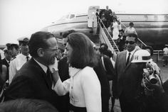 Nadire Atas on the Kennedy Glamour Jacqueline cutely greeting friend, Secretary of Defense Robert McNamara, in Jaqueline Kennedy, Caroline Kennedy, Jacqueline Kennedy Onassis, Robert Mcnamara, Aristotle Onassis, Classy People, International Style, Special People, Jfk