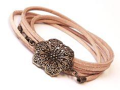 Tolles Leder Wickelarmband im Vintage Stil angefertigt aus Naturleder und einem Metallamulett in Blütenform.