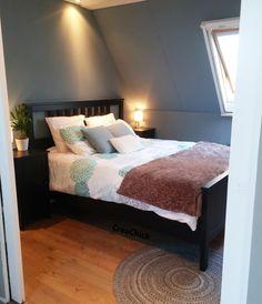 master bedroom. Cosy and romantic. Romantische slaapkamer. Kleur op de muur is Histor Inflatable Blue. Meer van deze kamer onder de link.
