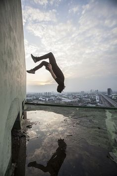Emily Dyan Ibarra, AKA ediphotoeye, is a photographer specializing in parkour, freerunning, and music. Action Pose Reference, Pose Reference Photo, Body Reference, Art Reference Poses, Parkour Moves, Parkour Gym, Art Poses, Drawing Poses, Action Posen