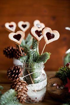Weihnachtshochzeit | Friedatheres.com  Konzeption, Dekoration:FÜR IMMER DEINS  Fotografie, Haare und Make up: Fee Ronja Schineis -Fein Sinn.ig Fotografie Sweet-Table: Home is where the Törtchen is