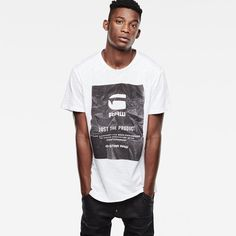 Fitted out with graphics on the chest, this soft and comfortable t-shirt is made for topping off your favourite jeans.