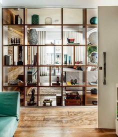 Ideas para separar ambientes sin obras. Divide estancias con estanterías, con cortinas, con puertas correderas, etc... Fotografías.