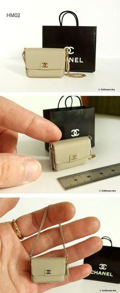 Deze tas wordt niet geopend. Het is goed voor weergave. -Controleer de grootte zorgvuldig (cm / inch). Deze tassen zijn de grootte van 1/12. -Houd er rekening mee dat aangezien deze handgemaakt zijn, ze een beetje verschillen kunnen. (Of volgens monitor kleur) -kunstleer (wij gebruiken geen dierlijke huiden) -Wilt u snelle verzending, kies u EMS wanneer u bestelt.  [HM01] Kleur; zwart Grootte; 3.7 (W) × 1.2 (L) × 5.5 (H) cm / 1,5 (W) × 0.5 (L) × 2,2 inch (H)  [HM02] Kleur; Lich...