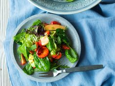 Jordbær-, melon og avokadosalat Veggie Recipes, Mozzarella, Salads, Clean Eating, Stuffed Peppers, Vegan, Dinner, Vegetables, Food