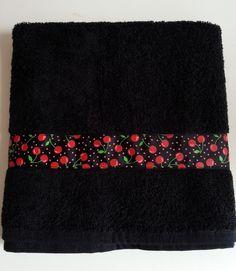 ♥ Serviette de toilette noire customisée ♥ Ruban cerises rouges et pois ♥