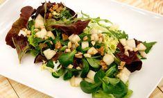 Receta de Karlos Arguiñano de ensalada de lechugas variadas, pera y frutos secos picados (almendras y nueces), un plato saludable y nutritivo apto para vegetarianos y veganos.