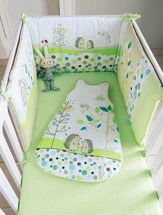 Tour de lit bébé brodé thème Pic-nic vert - Beaucoup de douceur dans les motifs exclusifs de ce tour de lit qui protège de l'air et rassure bébé dans son sommeil.   DIMENSIONS :demi tour de li