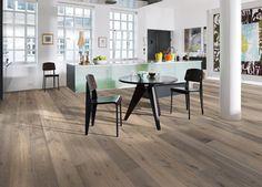 Dřevěná podlaha z kolekce Founders, dekor Dub Sture, 1lamelové palubky se zámkovým spojem, mořený, silně kartáčovaný a ručně škrábaný povrch, Kährs, cena 2 614 Kč/m2, www.kpp.cz