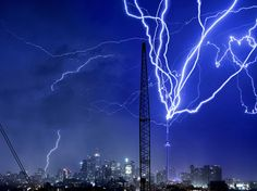 It is frequent that the tower CN, the 553,33 meters high, is struck by the lightning, in Toronto. But one night of July, 2012, the thunderstorm literally persecuted her. | Photography by Richard Gottardo.