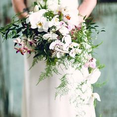 Gorgeous draping shape to this @katefarleydesign bouquet! Photo: @heydanfredo