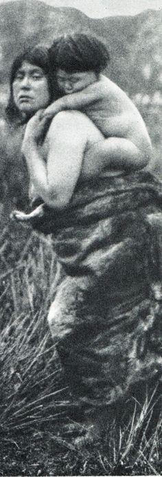 """Madre alacalufe cargando a su hijo. Fotografía de Martín Gusinde. 1920 aprox. Los indios de Tierra del Fuego: los Halakwulup"""""""". Martín Gusinde. Editorial C.A.E.A .1986. Native American Tribes, Rare Photos, Vintage Photography, Continents, South America, Nativity, World, Nature, Mothers"""