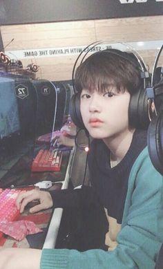 ʟᴇᴇ ᴊɪɴᴡᴏᴏ (이진우) Produce 101, Cute Korean Boys, Cute Boys, Korean Tv Shows, Im Proud Of You, 1 Real, Ayato, I Love Bts, Instagram Story Ideas