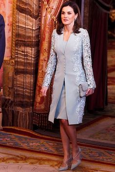 20 April 2018 - King Felipe and Queen Letizia host a traditional lunch at Madrid Royal Palace prior to Miguel de Cervantes Award ceremony - dress by Felipe Varela, shoes and clutch by Magrit Moda Peru, Mother Of The Bride Suits, Lawyer Fashion, Estilo Real, Royal Dresses, Mom Dress, Queen Letizia, Sweet Dress, Women's Summer Fashion