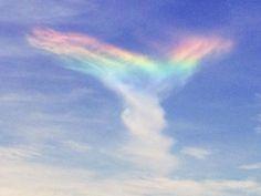 Fenômeno raro, conhecido como arco-íris de fogo, é formado pelo reflexo da luz solar em nuvens cirrus (Foto: Reprodução/Instagram/icrw70)
