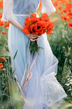 A blue gown and red poppy bridal bouquet | fabmood.com