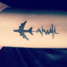 tatuaje de latidos de corazón y avion