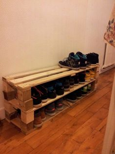 creative and simple DIY shoes pallet shelf ideas for you ARA HOME . Diy Pallet Furniture, Diy Pallet Projects, Ikea Bissa, Shoe Cubby, Shoe Storage, Diy Storage, Storage Shelves, Storage Ideas, Diy Shoe Rack