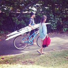 Aritz Aranburu pasea junto a su novia, la modelo Almudena Fernández. Playa de Pipeline. North Shore de Oahu, Hawaii.