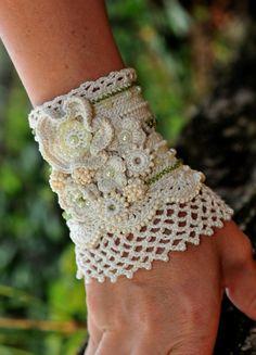 Beige Crema ganchillo Manguito de la boda.  Ganchillo hecho a mano de la pulsera en forma de crema, decorado con perlas de vidrio