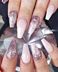 There are three kinds of fake nails which all come from the family of plastics. Acrylic nails are a liquid and powder mix. They are mixed in front of you and then they are brushed onto your nails and shaped. These nails are air dried. Silver Nails, Glam Nails, Beauty Nails, My Nails, Gold Nail, Classy Nails, Hair Beauty, Gorgeous Nails, Pretty Nails