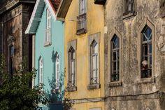 Mit einem neuen Farbanstrich kann man eine alte Hausfassade wundervoll auffrischen. Doch für die richtige Farbwahl und ein schönes Ergebnis braucht es so einiges an Hintergrundwissen.