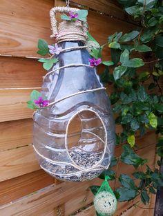 Bird Feeder Craft, Bird House Feeder, Diy Home Crafts, Fun Crafts, Plastic Container Crafts, Homemade Bird Feeders, Bird Houses Diy, Plastic Bottle Crafts, Recycled Crafts