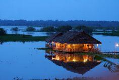 Camiri, un hotel flotante en la Amazonía de Iquitos.  El primer lodge de la Amazonía peruana con madera reciclada es el Camiri, pues no talaron madera para su construcción. Ubicado en el antiguo curso del río Amazonas, a dos cuadras de la plaza de armas de Iquitos.