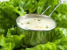 470 ml lapte batut, 250 ml maioneza (dintr-un ou c. Vinaigrette Dressing, Romanian Food, Tasty, Yummy Food, Bechamel, Quick Meals, Pickles, Cucumber, Cabbage