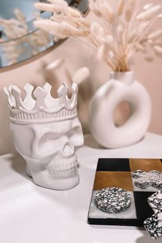 Looking to decorate your bedroom nightstand with some bold decor? Check out this white Thompson Ferrier skull candle made in ceramic and filled with all natural essential oils, and a white soy wax blend. Place this decorative candle on your nightstand as a bold statement piece for your home. pc: @esthersanter #ThompsonFerrier