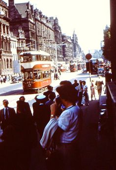 22 Rare Color Photographs That Capture Street Scenes of Edinburgh, Scotland in the ~ vintage everyday Retro Pictures, Old Pictures, Old Photos, Vintage Photos, Sylvester Stallone, Dundee, Historical Pictures, Jimi Hendrix, British Isles
