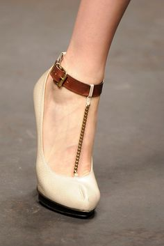 Lanvin Spring 2010 Ready-to-Wear Fashion Show Details