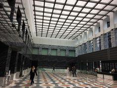 一時工事で狭くなっていたアイランドタワーのエントランスホールこうやって眺めるとスクエアの組み合わせがデザインのテーマであるように感じる#ilandtower #shinjuku #tokyo