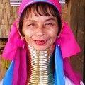 Les Pa Dong forment une petite minorité dans la tribu des Karens Rouges, appelés aussi Karennis. Originaires de Birmanie, où ils formaient un petit état quasi indépendant avec leur propre gouvernement et armée, les Karenni durent fuir en Thaïlande.Lorsque l'on demande aux femmes girafes d'où vient leur collier, on n'obtient jamais la même réponse. En effet, il existe plusieurs hypothèses : certaines disent que cette coutume était apparue afin d'empêcher les femmes de quitter le village pour…