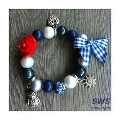 Kinder sieraden, AD003 blauw wit rode armband met bedels roosje en strikje