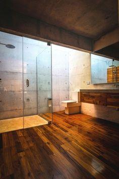 Holzboden mit spezieller Beschichtung für Badezimmer-raue Betonwand
