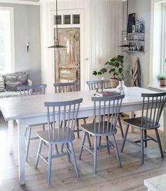 Söögilaud ja toolid. Laudis