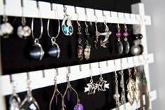 schwarzes brett für eine eigenartige schmuckaufbewahrung - 26 super kreative Schmuckaufbewahrung Ideen – speziell für Damen