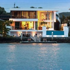 Modern Waterfront Retreat: Promenade Residence in Australia